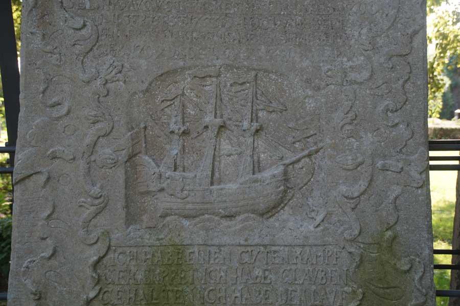 Grabstein an der Schifferkirche