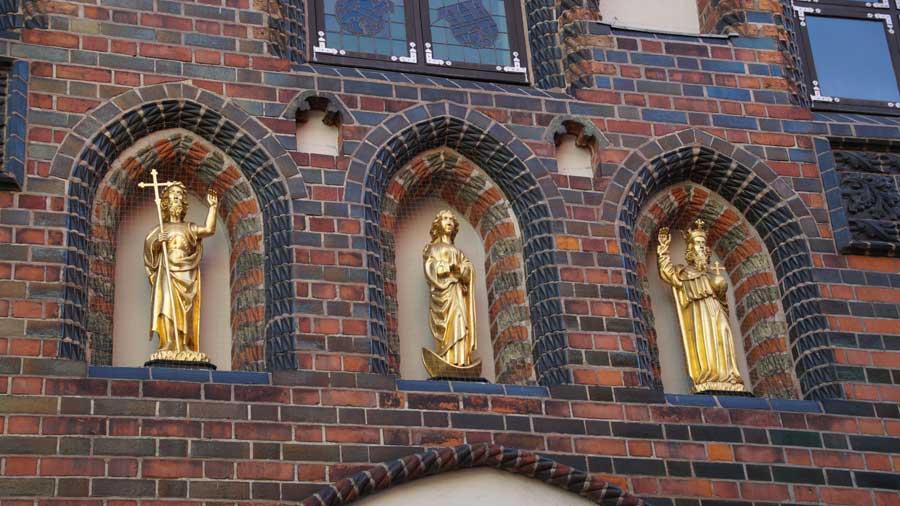 Goldene Figuren am Haus des Kalandes