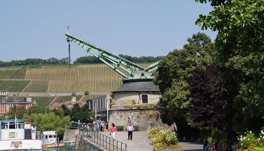 Gehört auch zu den Sehenwürdigkeiten in Würzburg, der Alte Kranen