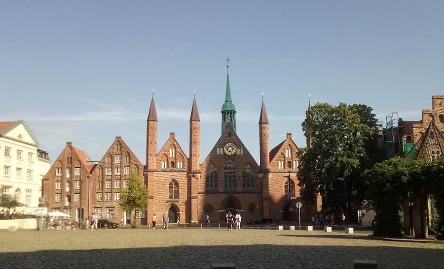 Lübecks Heilige-Geist-Hospital und der Weihnachtsbasar dort sind eigene Sehenswürdigkeiten