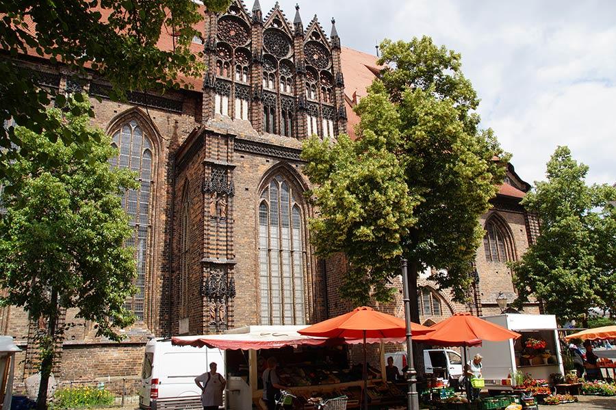 St. Katharinen und Wochenmarkt in der Altstadt von Brandenburg