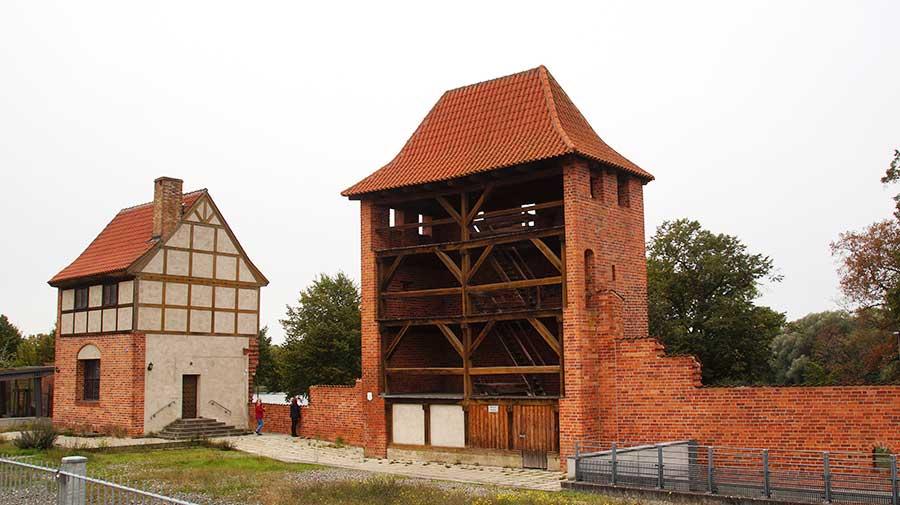 zur Stadtseite offener Mauerturm
